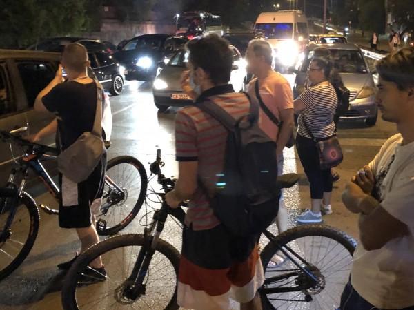 Протестиращите освободиха в 23.30 часа кръстовището пред румънското посолство, което