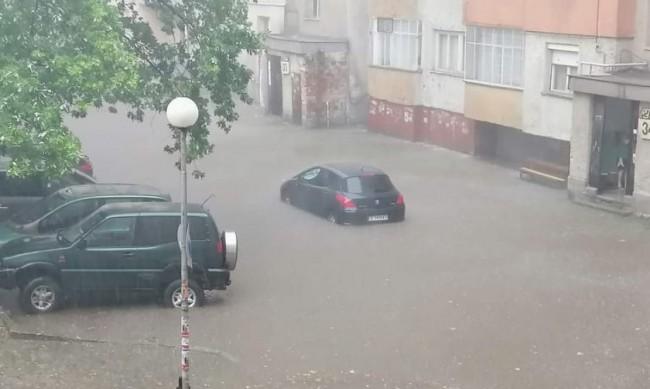 Пороен дъжд наводни улици и мазета Благоевград