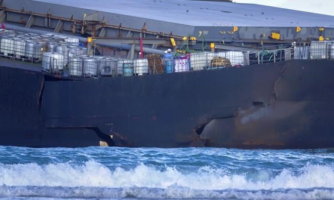 Танкерът, причинил еко катастрофата край Мавриций, се разцепи на две
