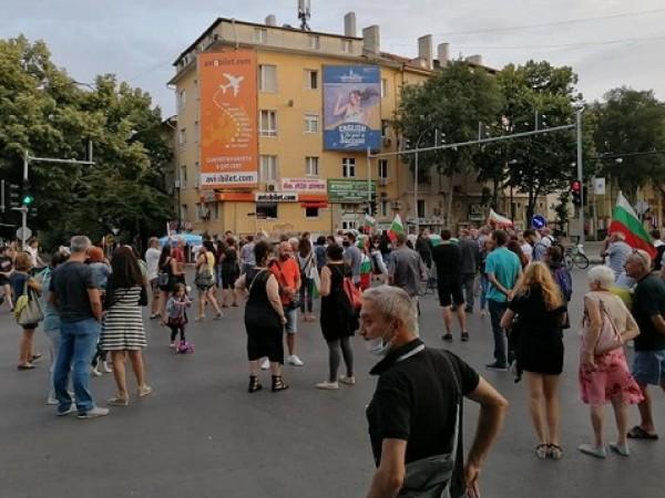 За поредна вечер се провеждат протести във Варна, предаде Радио