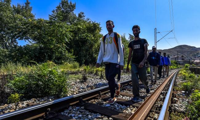 Полицията в Македония откри 80 мигранти в камион