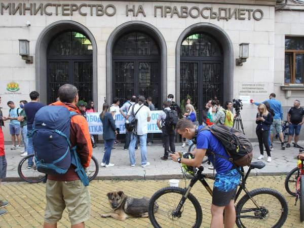 Снимка: Димитър Кьосемарлиев Протестиращи нахлуха в сградата на Министерството на