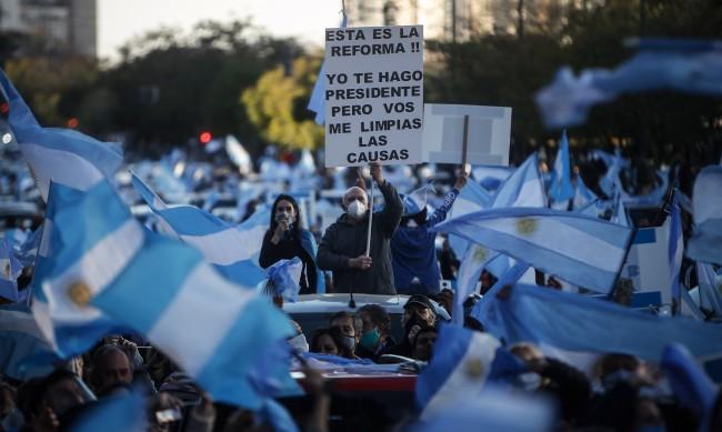 Хиляди аржентинци излязоха на протест против COVID-мерките