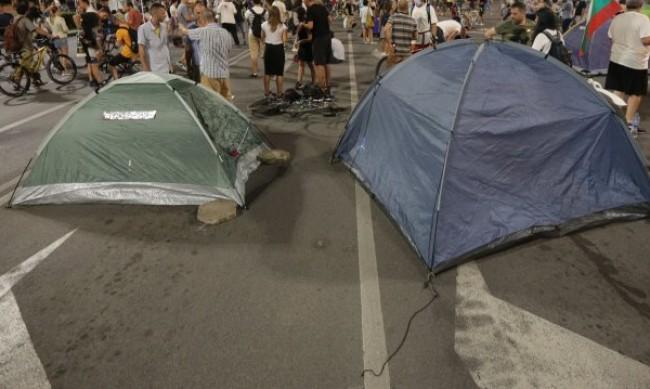 След бурята в София: Палатки на протеста хвръкнаха във въздуха, поправят ги