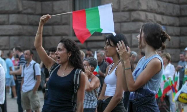Двама с обвинения заради инцидента пред румънското посолство