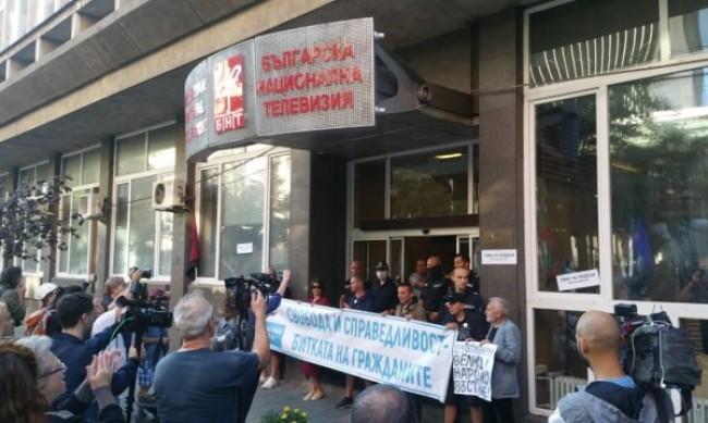 Протестиращите блокираха сградата на БНТ, призовават за оставка