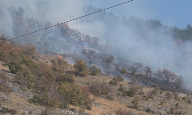 Големият пожар в Сливенско все още не е овладян