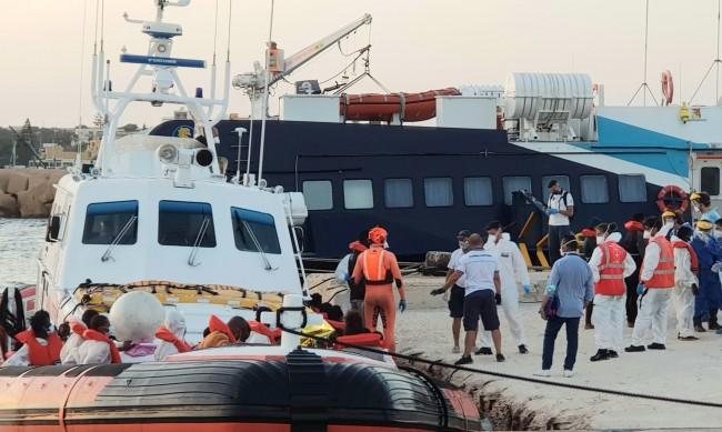 Само след няколко дни в открито море – корабът на Банкси изпадна в бедствено положение