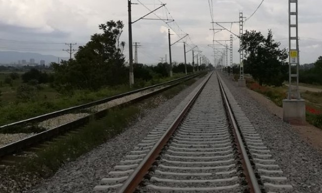 Влак удари автомобил край Две Могили