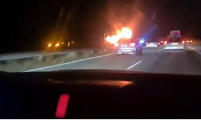 "Турски автобус се запали и изгоря на магистрала ""Тракия"""