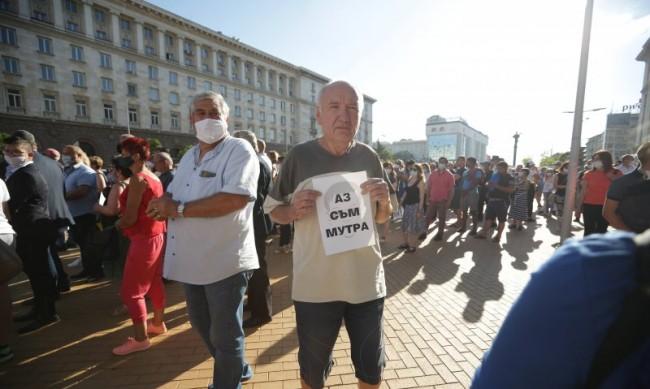 Глоба до 200 лв. и арест до 15 дни за хвърлено яйце по парламента