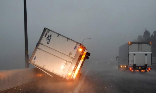"Тайфуна ""Хайшен"" остави десетки хиляди без ток"