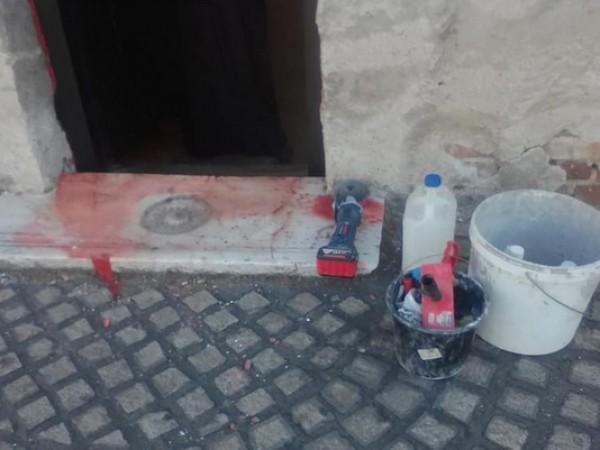 Активисти на ВМРО почистиха червена боя, с която беше залята