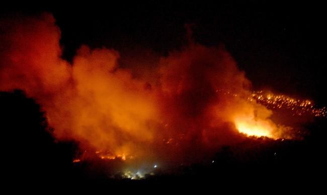 """Пламъците погълнаха бежанския лагер """"Мория"""" на Лесбос"""