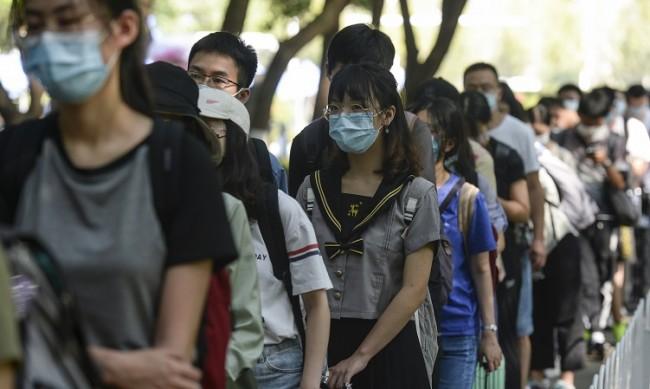Излъга ли Китай? Мъж от Англия се разболява от COVID-19 още през декември