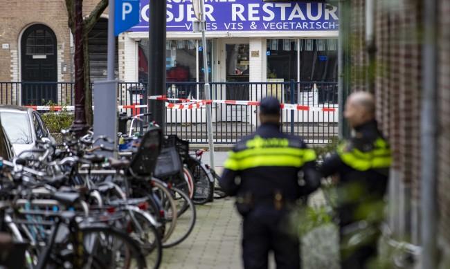 Шофьор няколко пъти се блъсна в полицейска кола в Амстердам