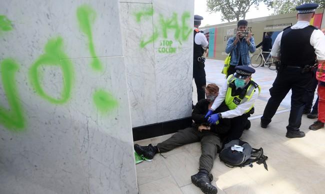 "В Лондон задържани 680 участници в ""Бунт срещу унищожението"""