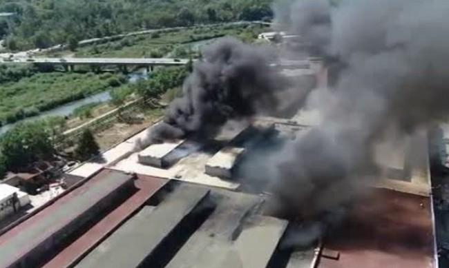 Овладян е пожарът, избухнал в мебелна фирма в Ямбол