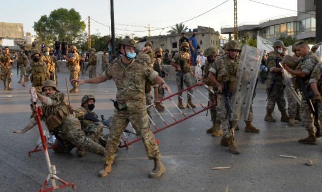 Войници спряха протестиращи да доближат президентския дворец в Ливан
