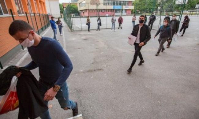 Родители на протест срещу маските в училищата