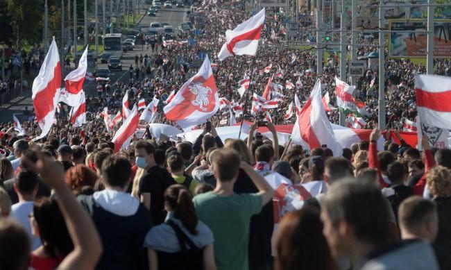 Хиляди на протест в Беларус, задържаните са стотици