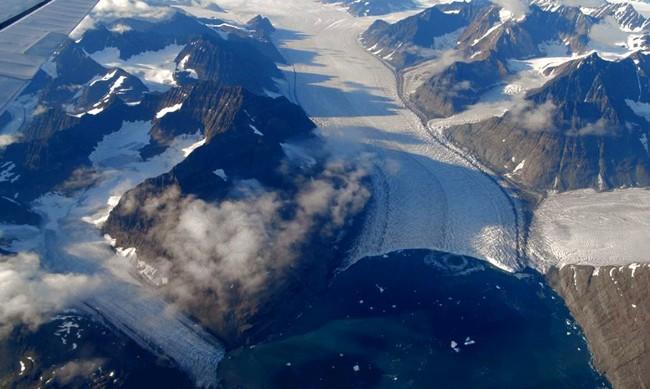 Голям блок се откъсна от най-големият леден шелф в Гренландия