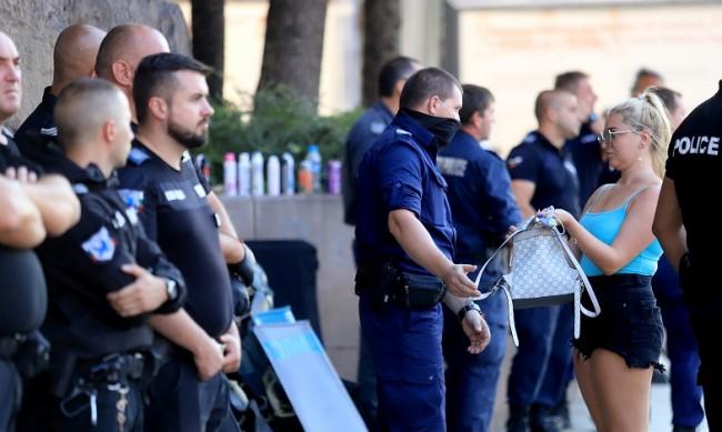 Заради спорни емблеми на протестите - проверка на полицейските униформи