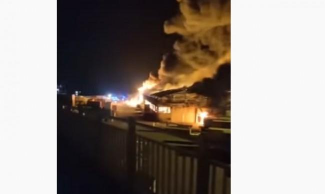 Огромен пожар избухна в италианския град Анкона