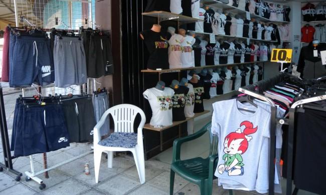 Полицията удари магазини в Слънчев бряг, иззеха дрехи-менте