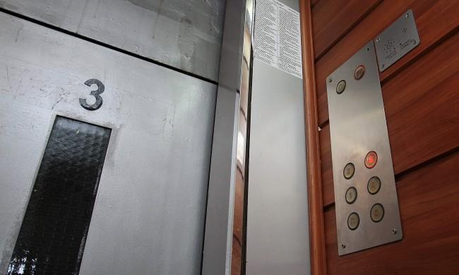 Трима души са ранени при падане на асансьор в Благоевград