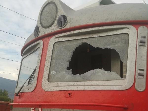 Снимка: БДЖПосегателство срещу локомотив на влак в движение предизвика щети