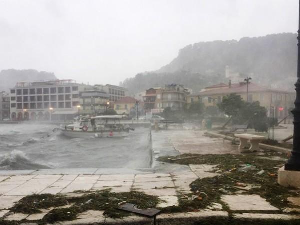 Снимка: БГНЕСМощната буря Янос вече връхлетя Западна Гърция и причини