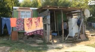 Самотна майка живее от 17 г. със синовете си във фургон