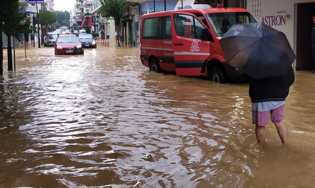 Двама души са загинали при силната буря в централна Гърция
