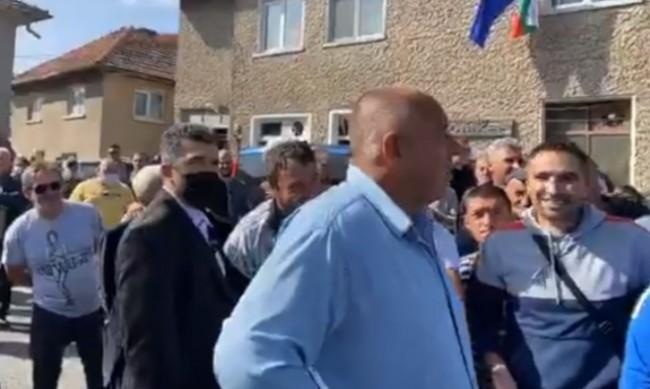 Борисов в с. Грашево: Тук не е жълтите павета, да видят кой кой е