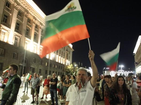 За 74-та вечер в центъра на София се провеждат антиправителствени