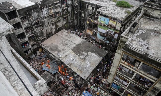 Жилищна сграда се срути в Индия, 10 души загинаха