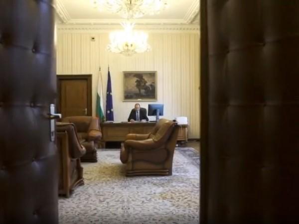 Какво стои зад оставката на Калоян Методиев и може ли