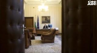 Какво стои зад оставката на началника на кабинета на Румен Радев?