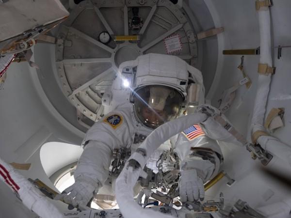 Екипажът на Международната космическа станция (МКС) бе принуден да направи