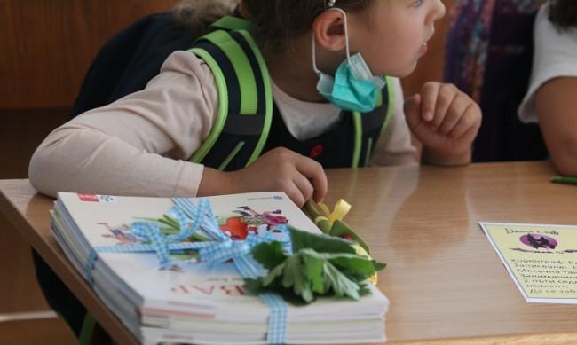 Доц. Чорбанов: Безсмислено е децата да са с маски в училище