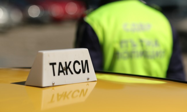 "Такси се запали до мол ""Парадайс"" след удар в трамвай"