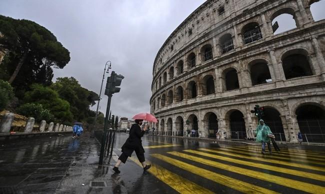 За пореден път: Туристи бяха хванати да пишат имената си върху Колизеума