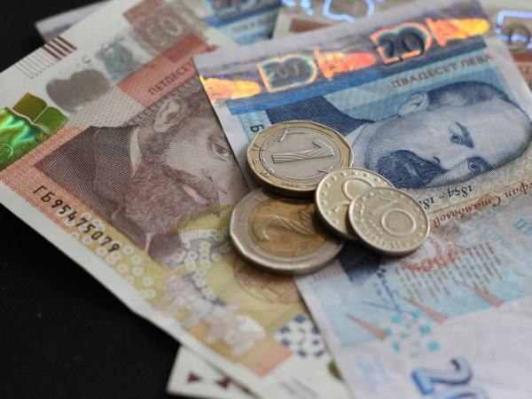 Въпреки пандемията българите продължават да кътат пари в банките. Спестяванията