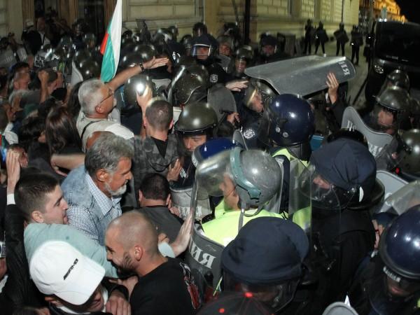 Около 10-15% от полицаите, които охраняват протестите в София са
