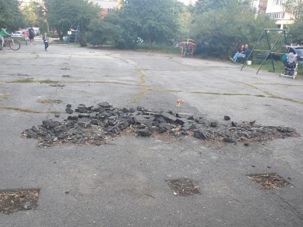 Снимка: HelpbookРазбити пешеходни настилки, опасни детски площадки, паркинги в окаяно