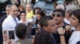 Радев посрещнат от симпатизанти и протестиращи в Свищов