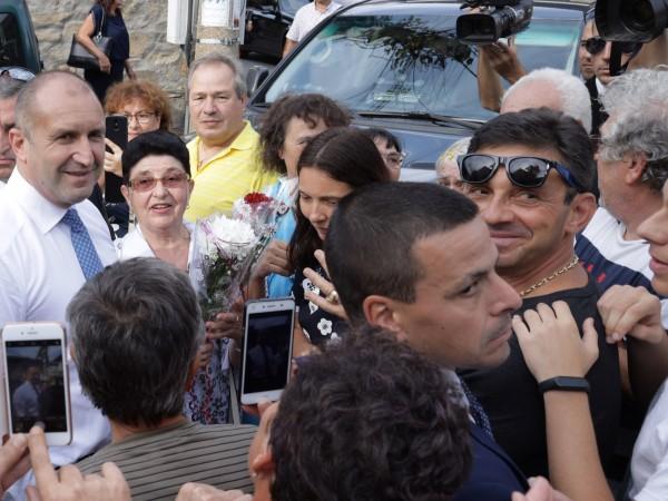 """Симпатизанти и протестиращи с плакати """"Оставка"""" посрещнаха държавния глава Румен"""