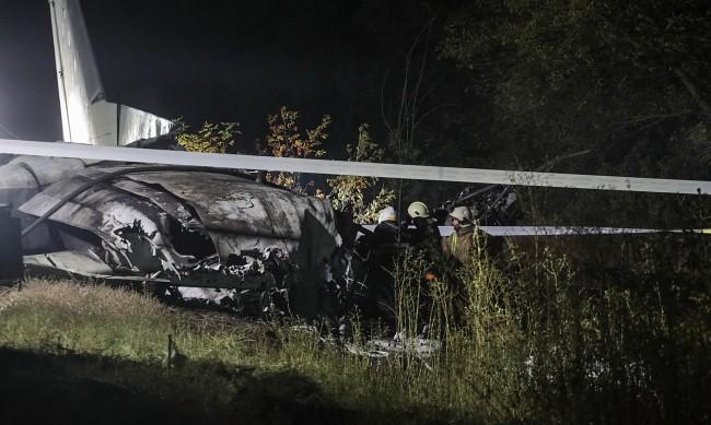 Военен самолет се разби в Украйна, 25 души загинаха