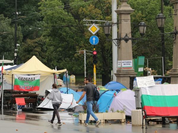 Малко хора са се събрали в центъра на София в